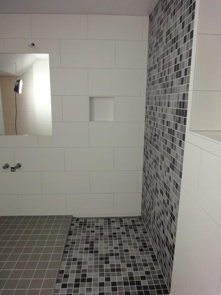 Bauhaus Tapeten Kollektion : Badezimmer Mosaik Fliesen: Bad ROOMIDO. Mosaik fliesen badezimmer grau